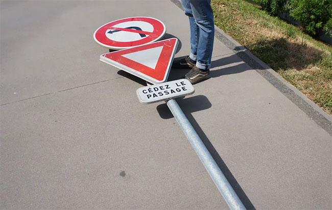 Benedetto Bufalino tabla de skate señal de transito (3)