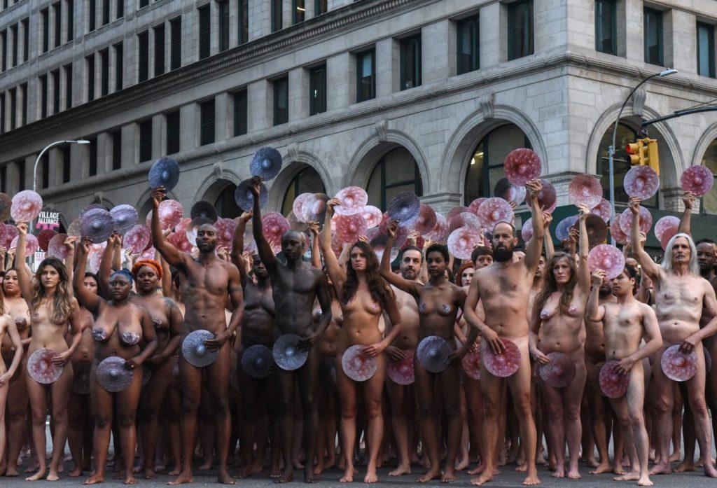 Spencer Tunik proptesta frente a facebook e instagram Nueva York free the nipple (2)