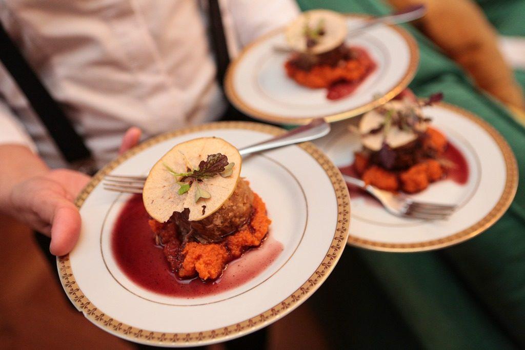 Cordero braseado con pure de zanahoria al malbec de Faena Catering