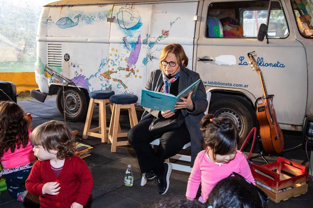Dolli Irigoyen contando cuentos a los niños