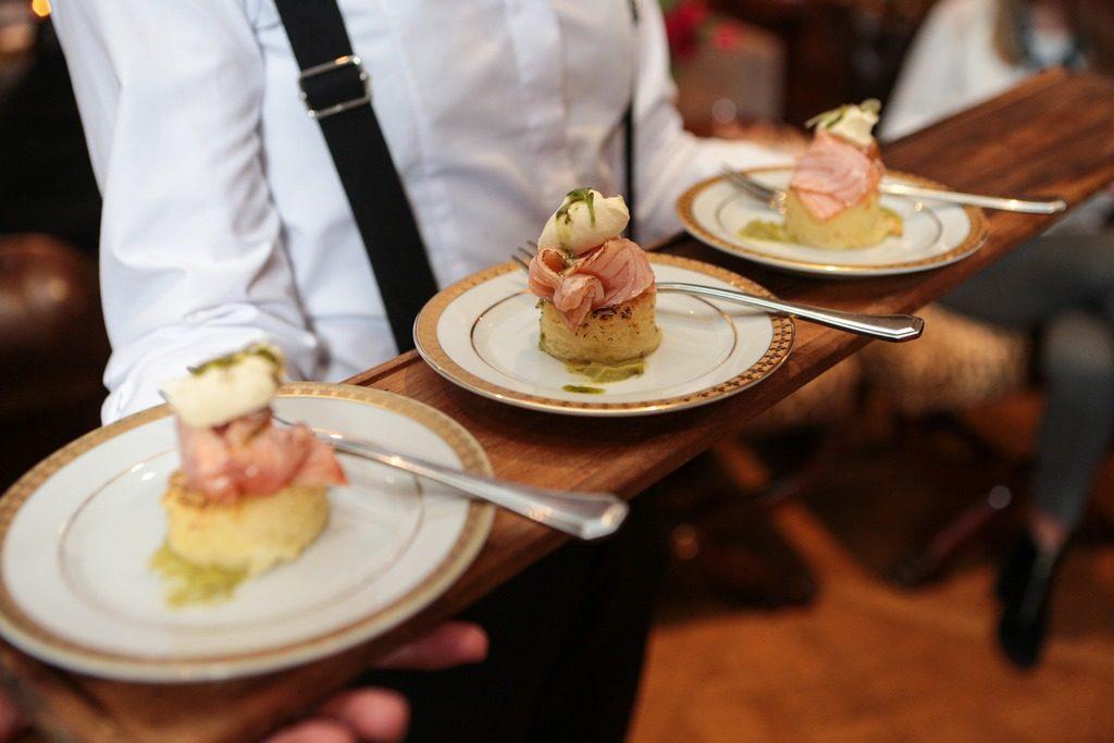 Salmon sobre rosti de papa de Faena Catering
