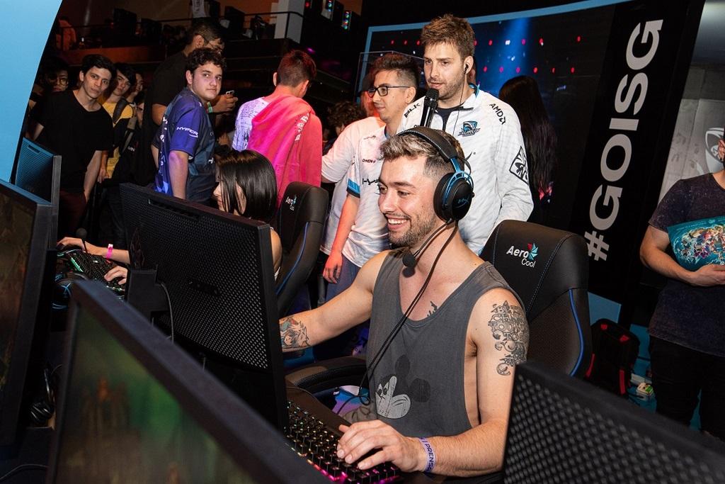 Paio a puro juego en el stand de Isurus Gaming  Argentina Game Show x loqueva