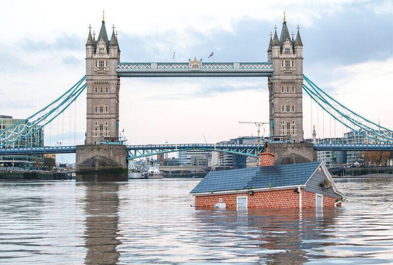 Una casa flota sobre el Támesis para alertar sobre el calentamiento global (1)