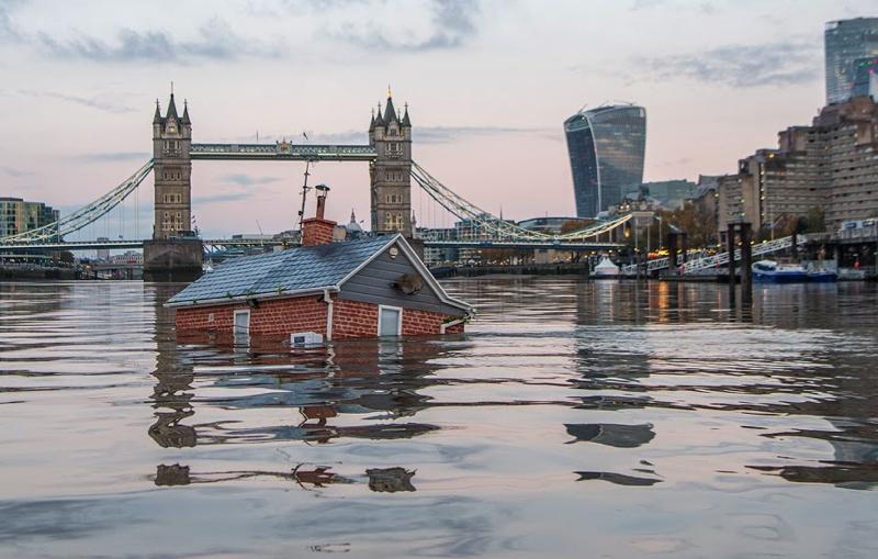 Una casa flota sobre el Támesis para alertar sobre el calentamiento global (3)