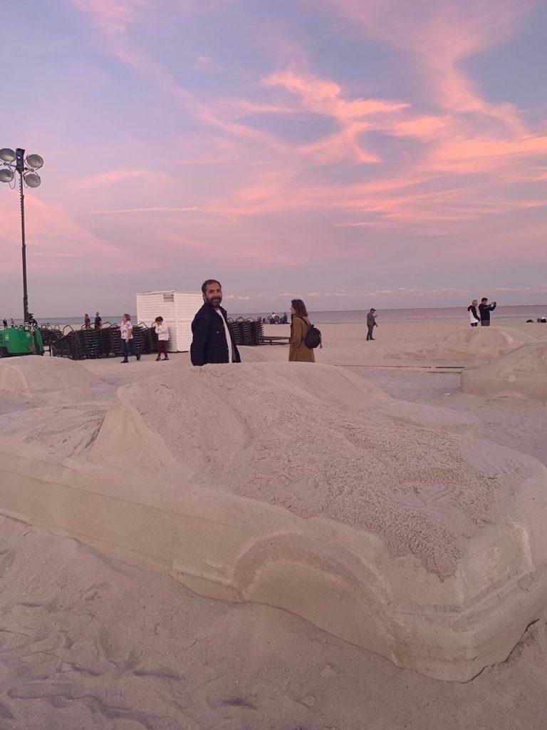 Un embotellamiento en la playa, la genial obra de Leandro Erlich en Miami (10)
