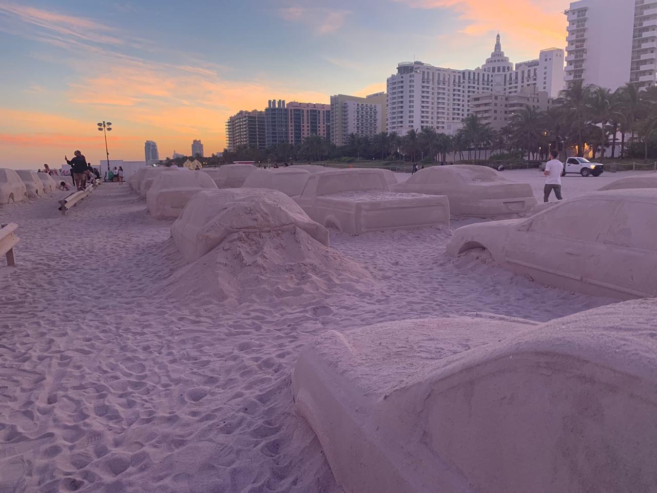 Un embotellamiento en la playa, la genial obra de Leandro Erlich en Miami (12)