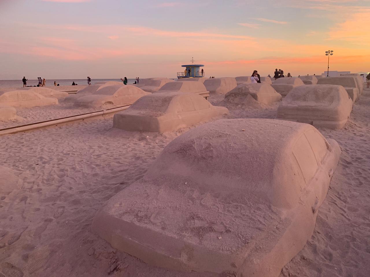 Un embotellamiento en la playa, la genial obra de Leandro Erlich en Miami (13)