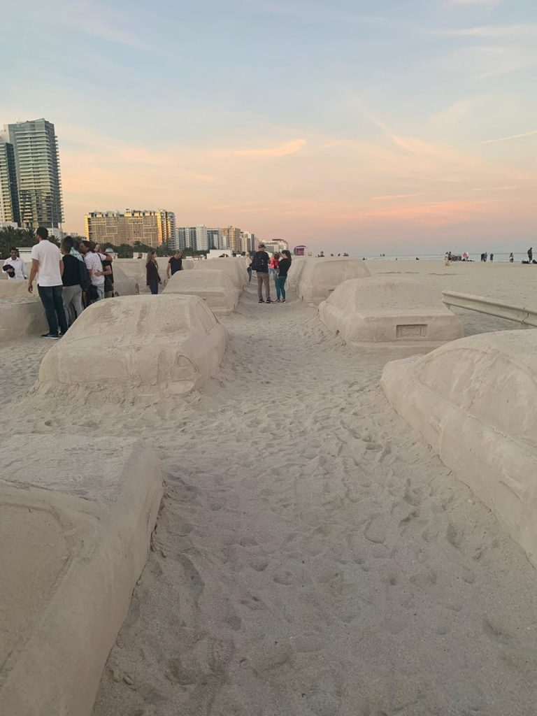 Un embotellamiento en la playa, la genial obra de Leandro Erlich en Miami (6)