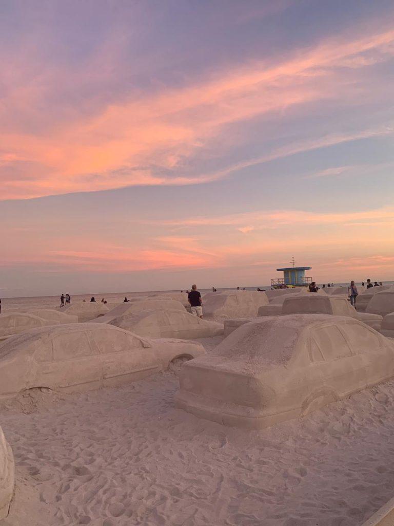 Un embotellamiento en la playa, la genial obra de Leandro Erlich en Miami (9)