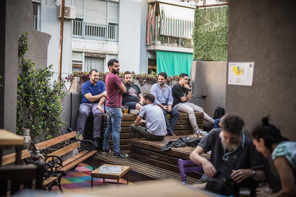 Growlers llegó a Belgrano con su cuarto local y 30 canillas de cerveza (3)