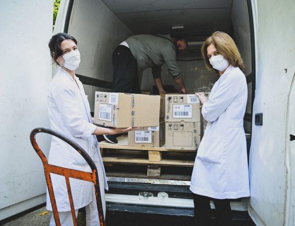 Donación La Roche Posay - médicas recibiendo producto