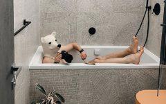 en cuarentena Elnar Mansurov repitió fotos de sus viajes en su departamento home