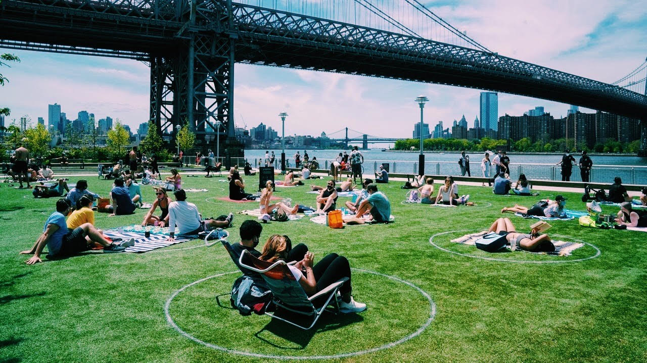 Círculos sobre el césped de Nueva York para marcar la distancia social (1)