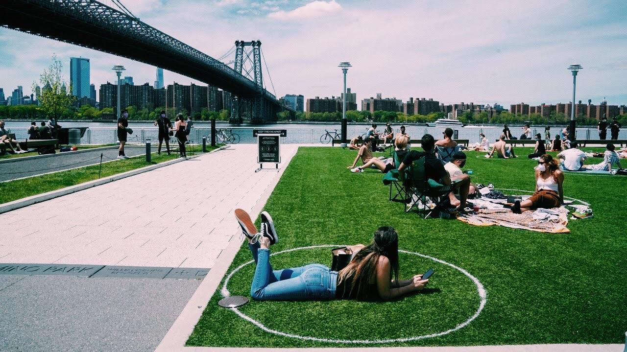 Círculos sobre el césped de Nueva York para marcar la distancia social (2)