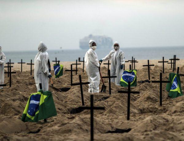 Cavan tumbas simbólicas en Brasil en protesta por el manejo de la pandemia