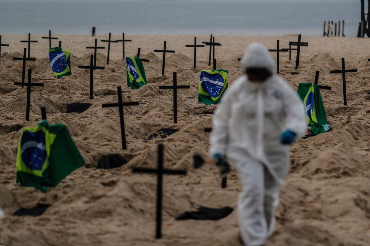 cavan tumbas simbolicas en brasil copacabana en protesta covid 19 loqueva (1)