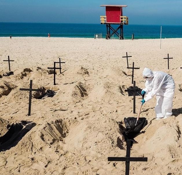 cavan tumbas simbolicas en brasil copacabana en protesta covid 19 loqueva (2)