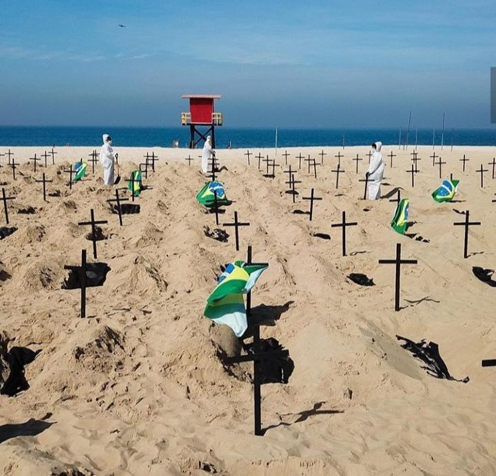 cavan tumbas simbolicas en brasil copacabana en protesta covid 19 loqueva (4)