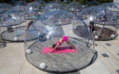 Clases de yoga en domos para facilitar el distanciamiento social