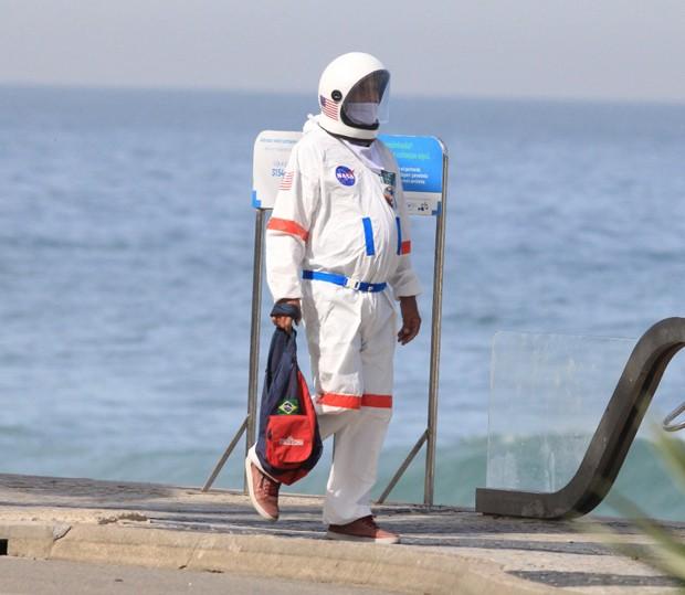 Tercio Galdino y su esposa Aliceia trajes de astronauta Copacabana Rio de Janeiro loqueva (11)