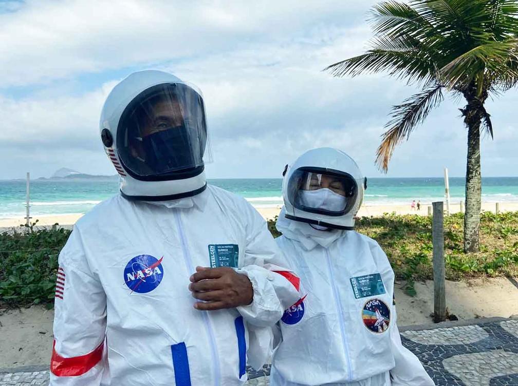 Tercio Galdino y su esposa Aliceia trajes de astronauta Copacabana Rio de Janeiro loqueva (12)