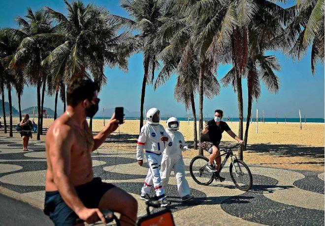 Tercio Galdino y su esposa Aliceia trajes de astronauta Copacabana Rio de Janeiro loqueva (13)