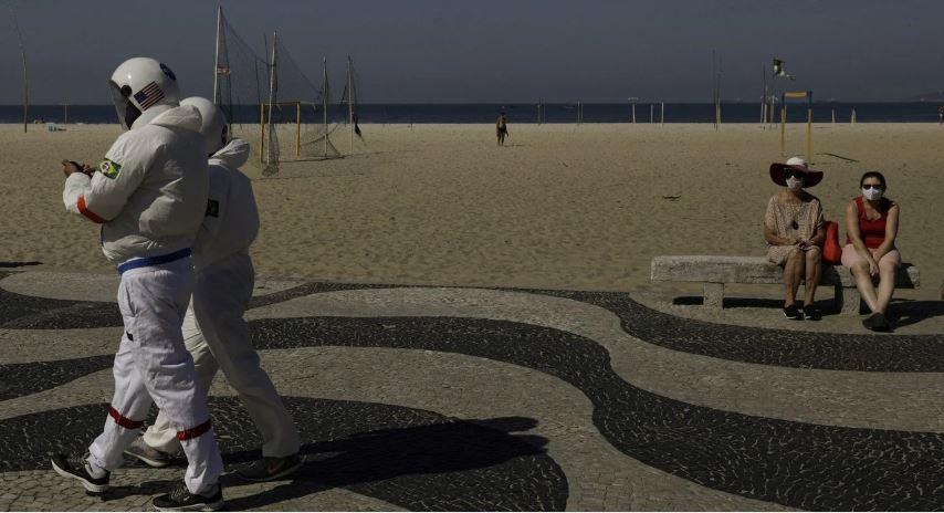 Tercio Galdino y su esposa Aliceia trajes de astronauta Copacabana Rio de Janeiro loqueva (4)