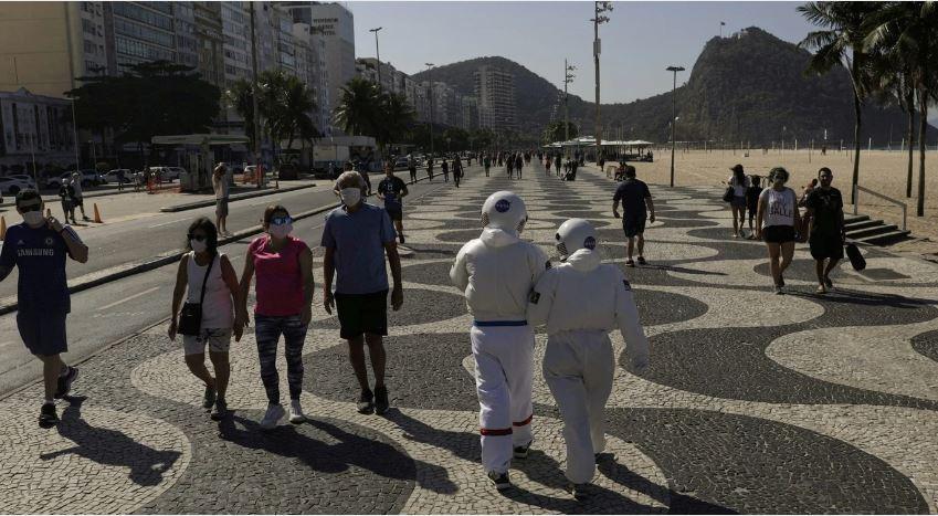 Tercio Galdino y su esposa Aliceia trajes de astronauta Copacabana Rio de Janeiro loqueva (6)