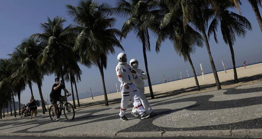 Tercio Galdino y su esposa Aliceia trajes de astronauta Copacabana Rio de Janeiro loqueva (7)