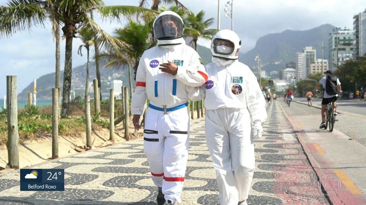 Tercio Galdino y su esposa Aliceia trajes de astronauta Copacabana Rio de Janeiro loqueva (8)