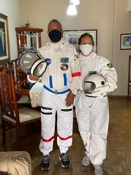 Tercio Galdino y su esposa Aliceia trajes de astronauta Copacabana Rio de Janeiro loqueva (9)