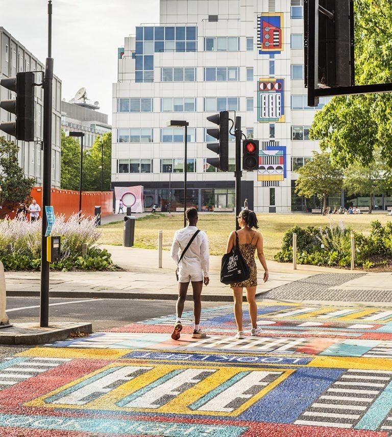 camille Walala transforma calles de Londres con sus coloridos patrones geométricos (4)