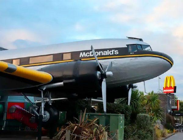 Un McDonald's en Nueva Zelanda permite a los comensales comer dentro de un avión fuera de servicio (2)