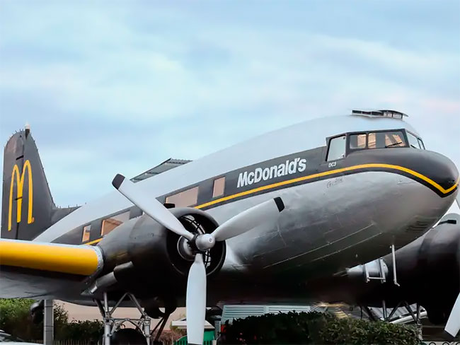 Un McDonald's en Nueva Zelanda permite a los comensales comer dentro de un avión fuera de servicio (7)